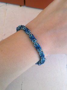 Braccialetto-trizantina-blu-e-azzurra-indossata