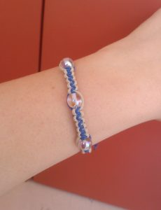 bracciale-shamballa-bianco-blu-indossato