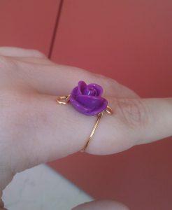 Anello-wire-rose-violet indossato