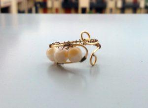 anello con perle bianche