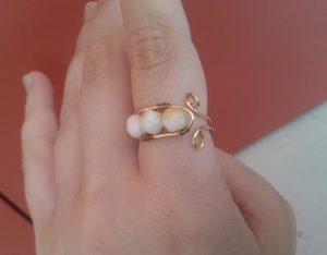 anello-perle-bianche-indossato
