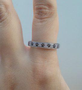 anello-resina-impronte-gatto-indossato