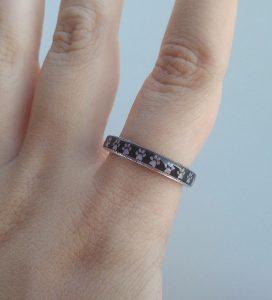 anello-resina-impronte-gatto-negativo-indossato