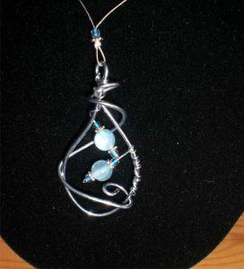 collana wire-ciondolo-perle-celesti