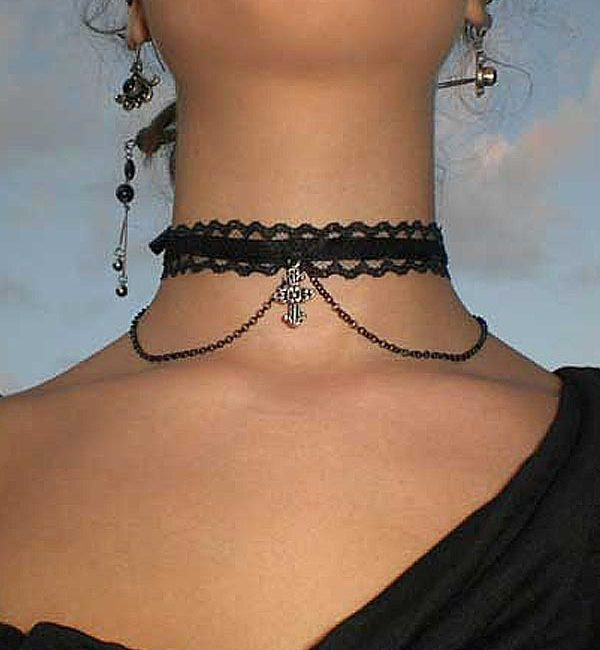 Collarino gotico con pendente a croce e catena