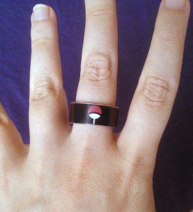anello simbolo uchiha indossato
