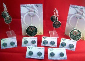 Set di orecchini e portachiavi realizzati per il gruppo PorkyPink