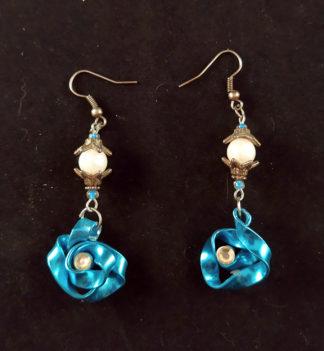 Orecchini pendenti con rosa blu e perle