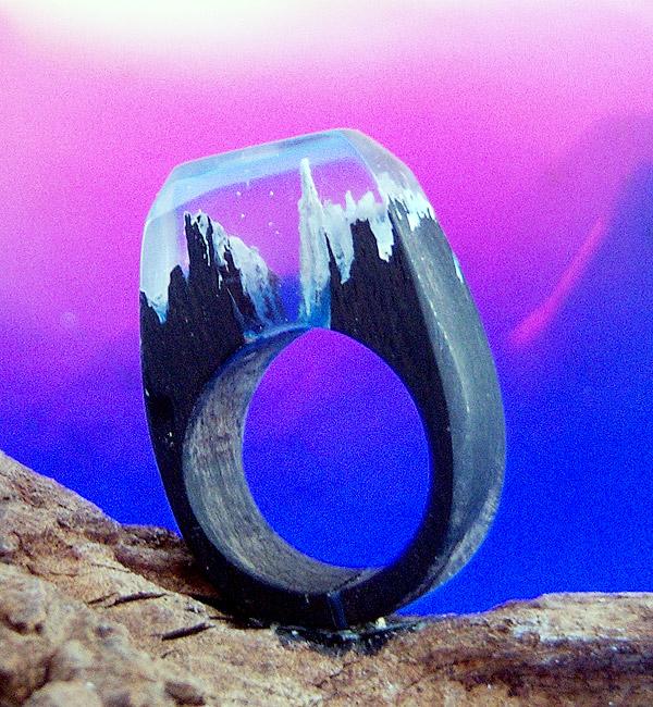 anello di legno d'ebano con montagne