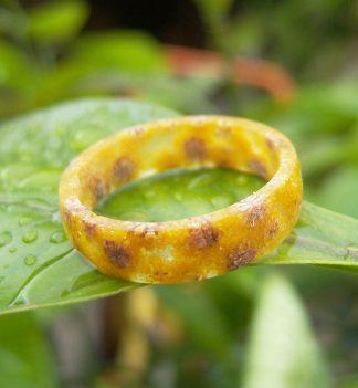 anello in resina con fiori